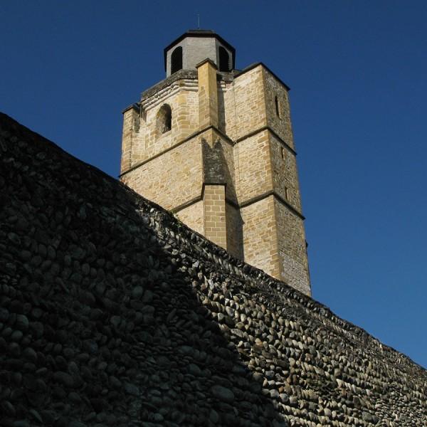 Les remparts de la Bastide et l'église Saint Vincent - Nay · © stockli